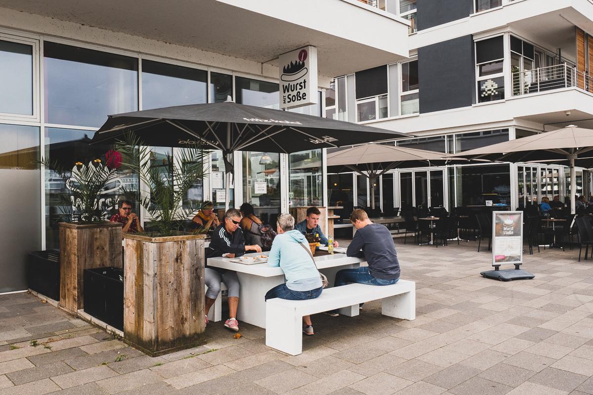 Das Bild zeigt den Außenbereich des Restaurants Wurst mit Soße