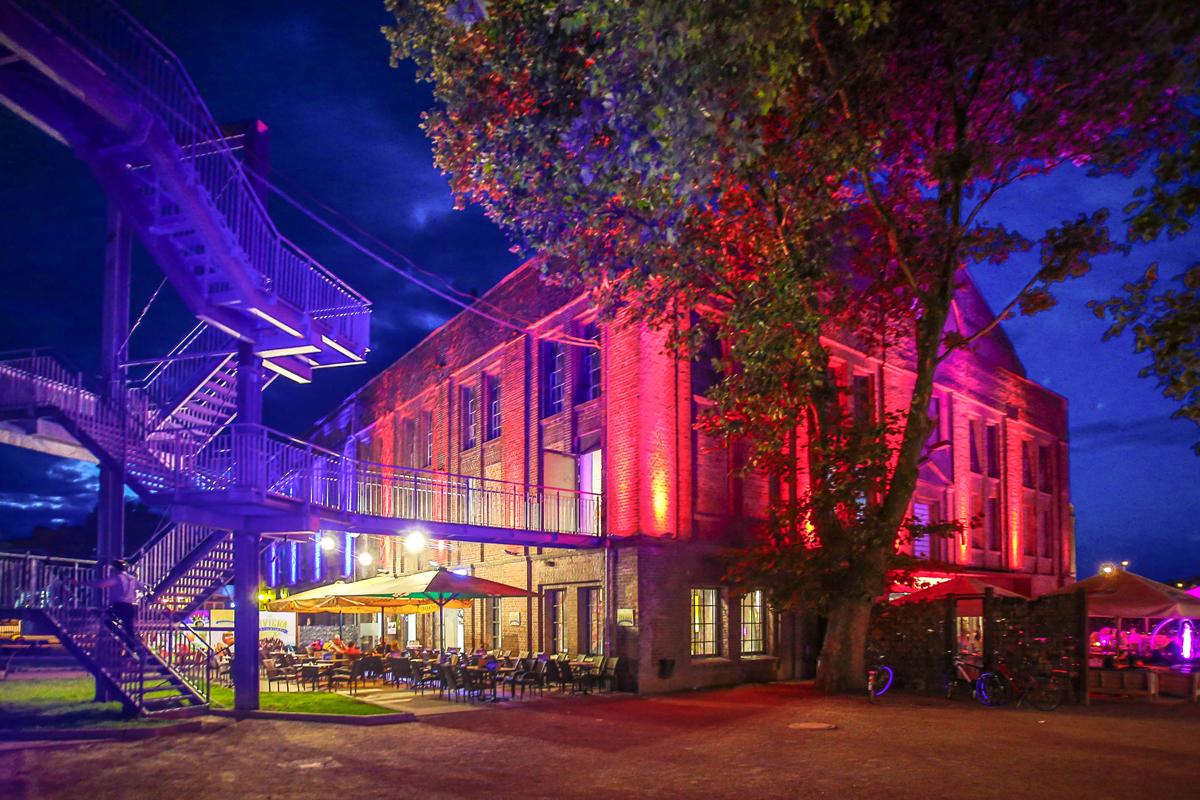 Das Foto zeigt das Gelände des Creativquartiers Fürst Leopold beleuchtet