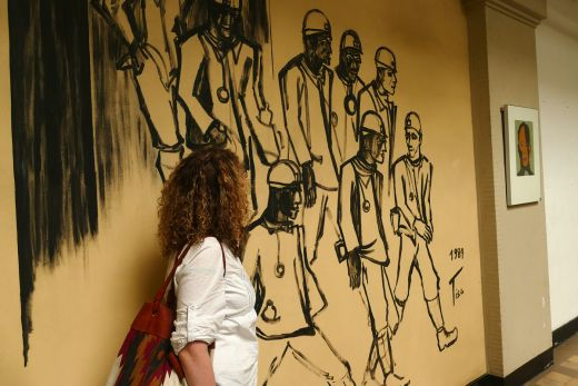 Das Foto zeigt Ronja vor einem Kunstwerk mit Bergmännern