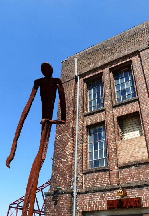 Das Foto zeigt eine rostige Skulptur