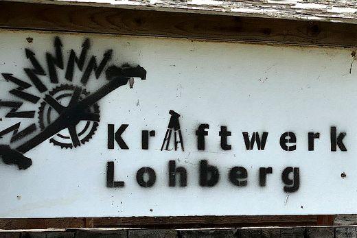 Das Foto zeigt ein Brett mit der Aufschrift Kraftwerk Lohberg