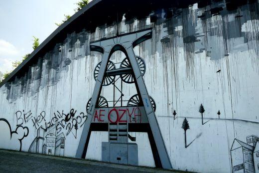 Das Foto zeigt ein Graffiti eines Förderturms