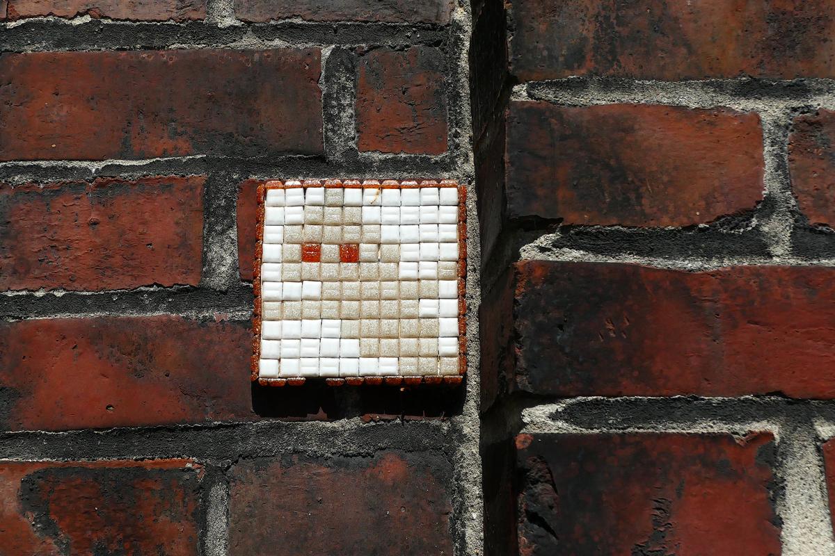 Das Foto zeigt einen kleinen Geist an einer Wand