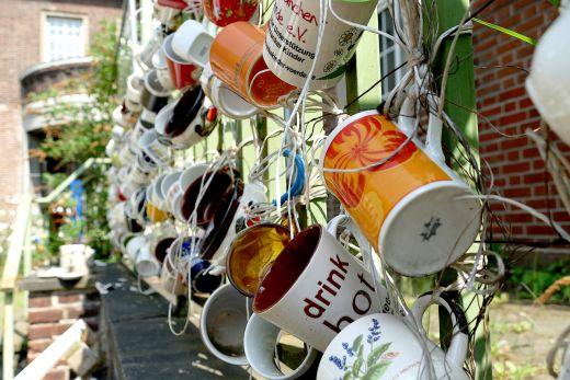Das Foto zeigt viele Tassen an einem Zaun