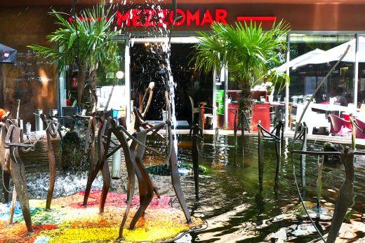 Das Foto zeigt Wasserkunst vor dem Restaurant Mezzomar