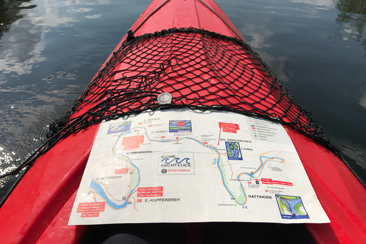 Das Bild zeigt ein Kanu auf der Ruhr mit wasserfester Karte
