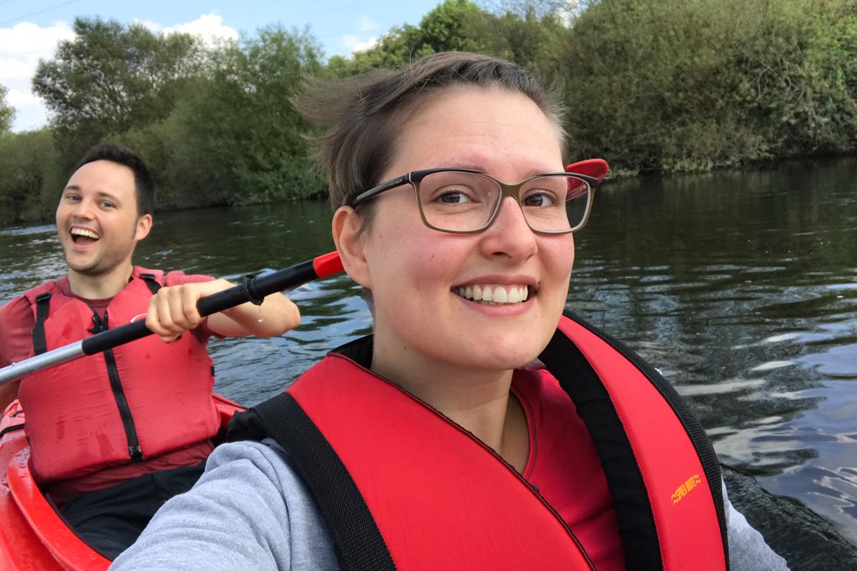 Das Foto zeigt zwei Personen im Kanu