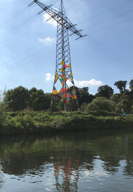 Das Foto zeigt einen bunten Strommast