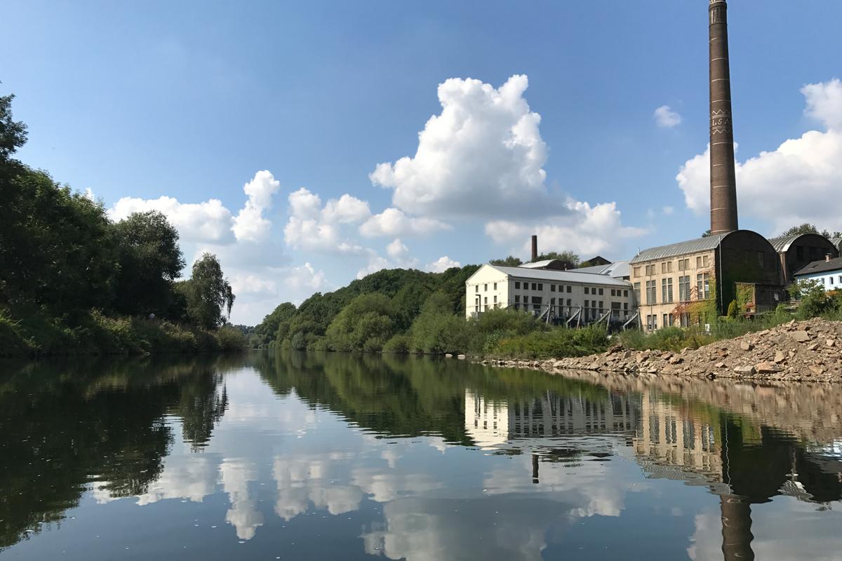 Das Foto zeigt den Blick auf die Ruhr und umliegenden Industriegebäude