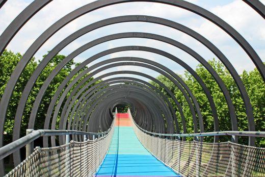 Das Bild zeigt die Brücke Slinky Springs To Fame in Oberhausen