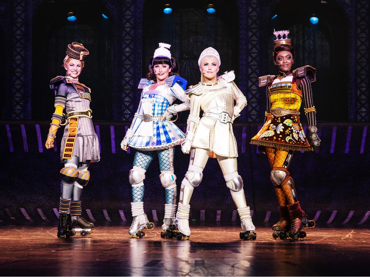 Das Foto zeigt die Waggons Carrie, Dinah, Pearl und Belle im Musical STARLIGHT EXPRESS