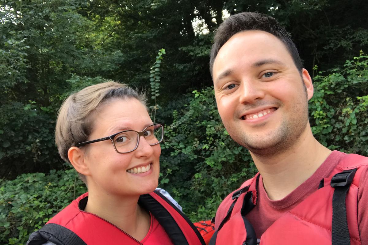 Das Foto zeigt Johanna und ihren Freund mit Schwimmwesten