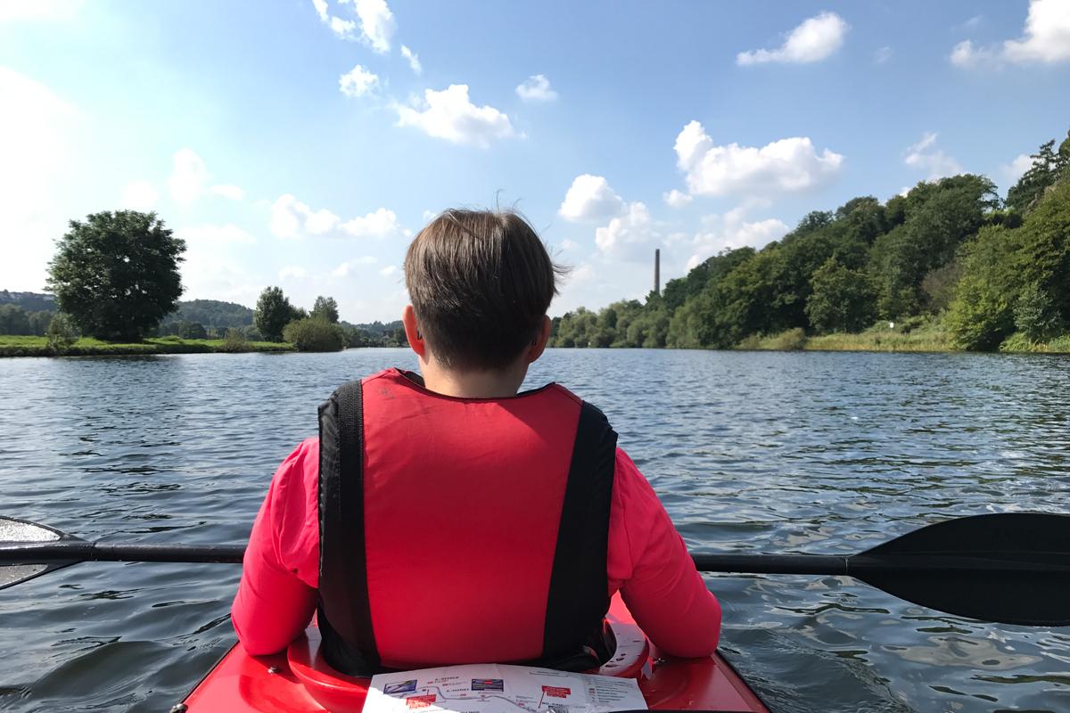 Das Foto zeigt Johanna im Kanu
