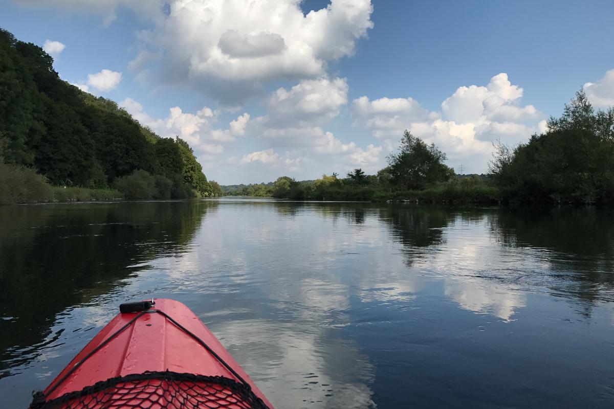 Das Foto zeigt den Blick auf die Ruhr mit Kanu