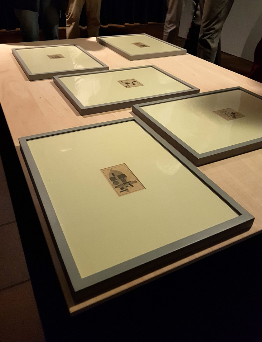 Das Foto zeigt Werke von Andreas Golinksi, der die musealen Präsentationsmuster durchbricht