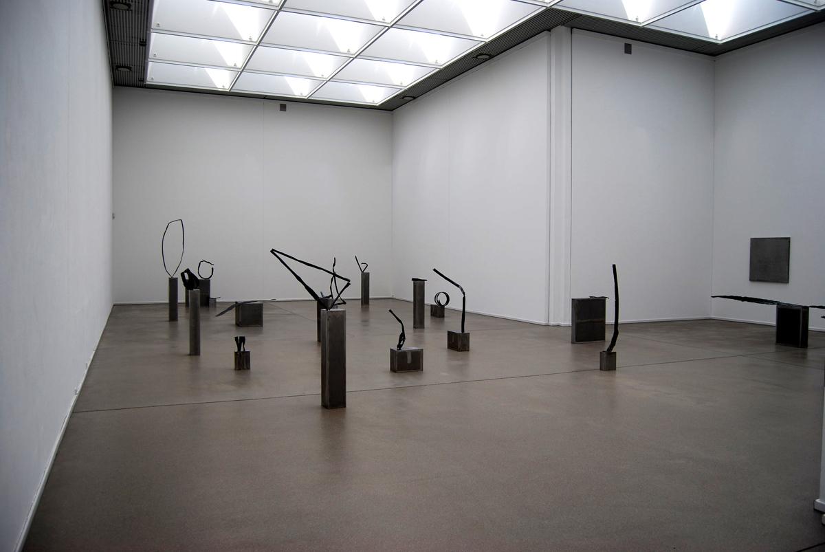 """Das Foto zeigt Werke der Ausstellung """"In den Tiefen der Erinnerung"""""""