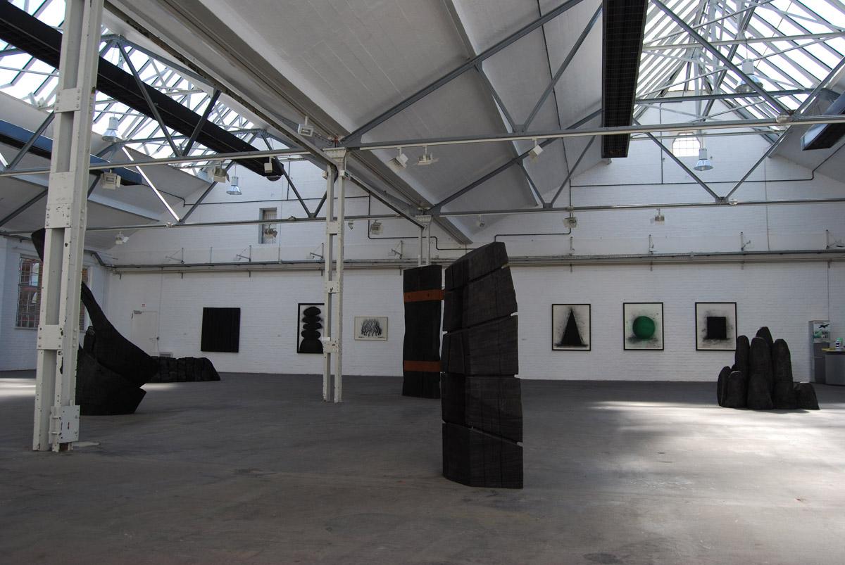 """Das Foto zeigt Werke der Ausstellung """"Holz & Kohle"""" von David Nash"""