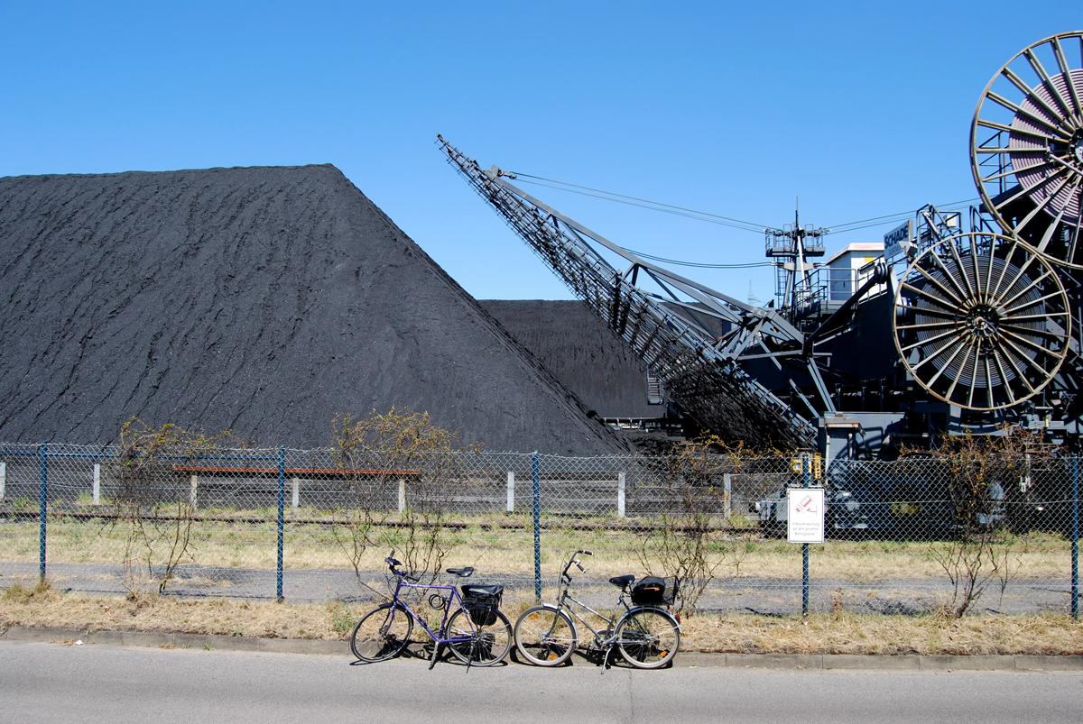 Das Foto zeigt zwei Fahhräder vor Industriekulisse im Ruhrgebiet