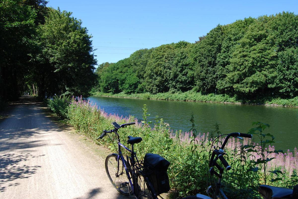 Das Foto zeigt zwei Fahhräder am Rhein-Herne-Kanal