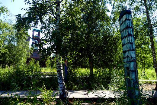 Das Bild zeigt den Skulpturenwald auf dem Gelände des UNESCO-Welterbe Zollverein