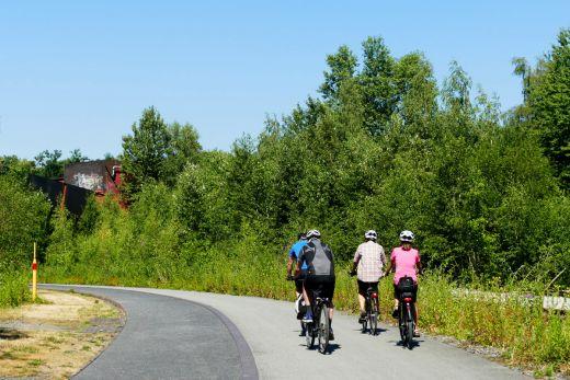Das Bild zeigt Radfahrer auf der Ringpromenade der Zeche Zollverein