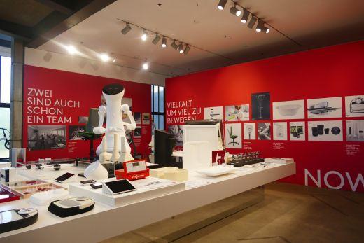 Das Bild zeigt Ausstellungsstücke im Red Dot Design Museum