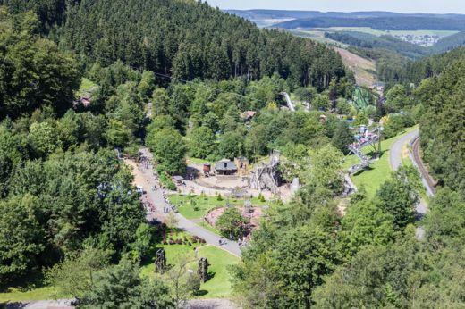 Das Bild zeigt den Ausblick auf den Freizeitpark Fort-Fun-Abenteuerland