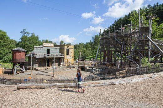 Das Bild zeigt einen Spielplatz im Fort-Fun-Abenteurerland Bestwig