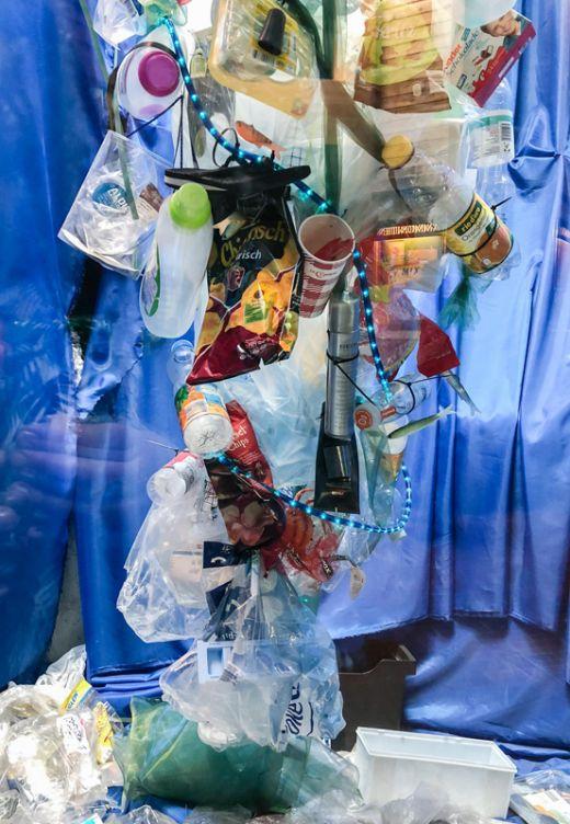 Das Foto zeigt ein Projekt zum Thema Plastik in unseren Ozeanen im Tierpark Bochum