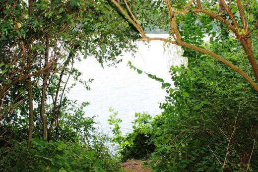 Das Bild zeigt den Blick auf einen See der Sechs-Seen-Platte