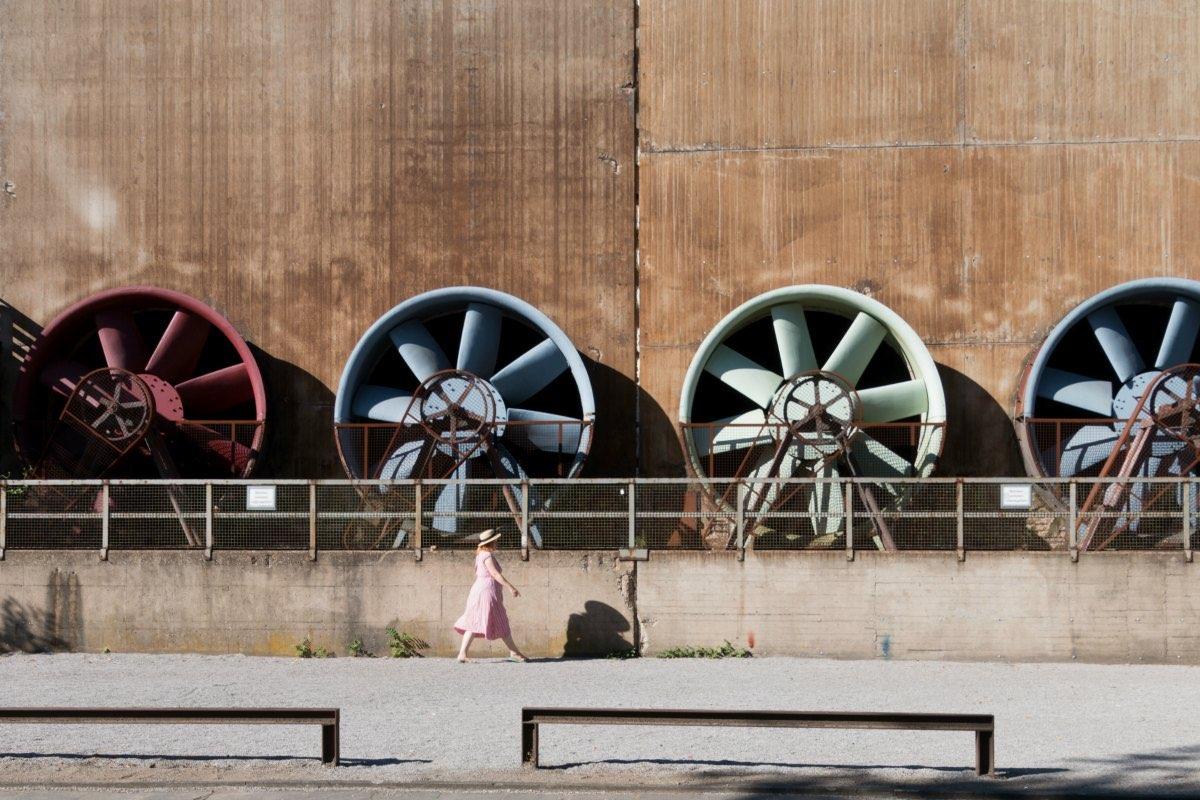Das Bild zeigt die bunten Turbinen im Landschaftspark Nord.