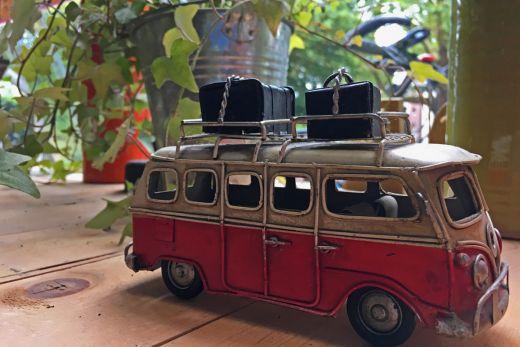 Das Foto zeigt ein Modell eines VW-Busses.