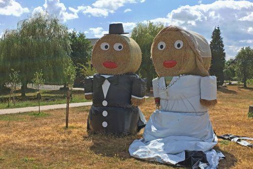 Das Foto zeigt ein Hochzeitspaar aus Stroh.