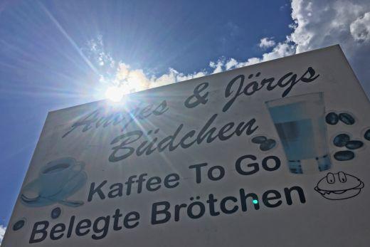 Das Foto zeigt ein Schild von Antjes und Jörgs Büdchen.