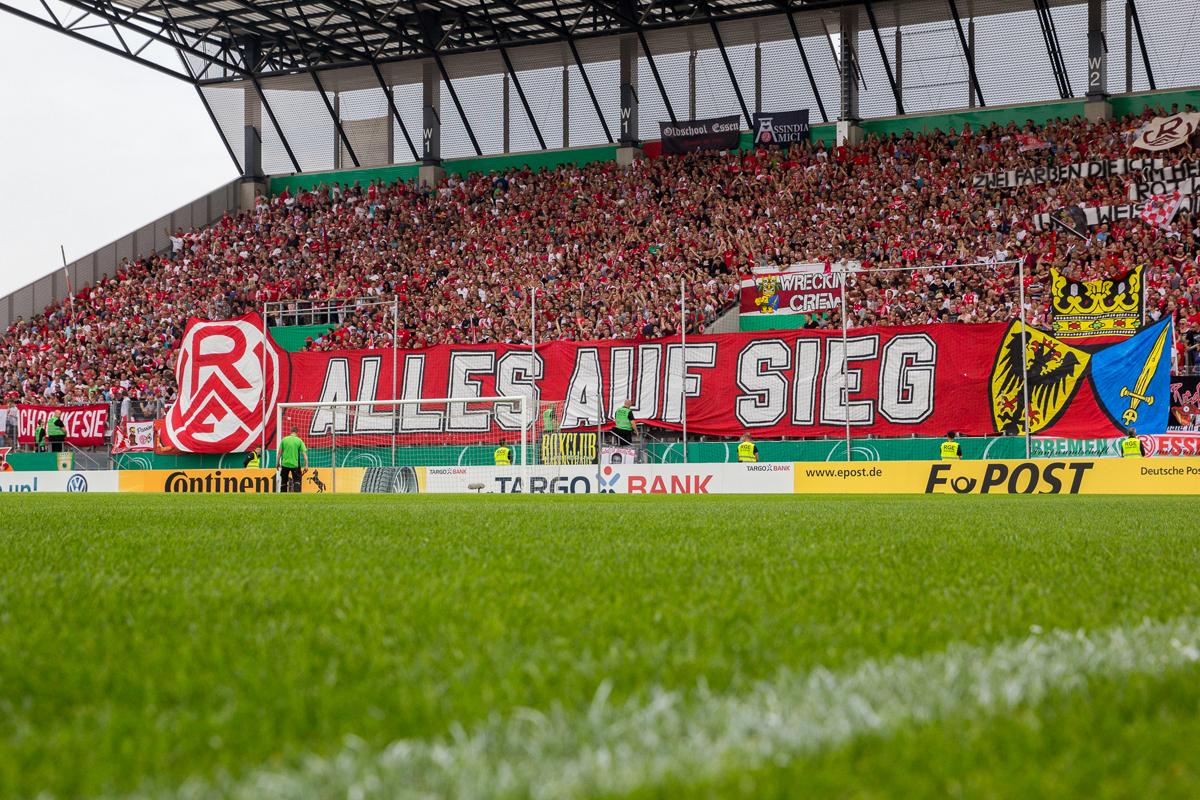 Das Bild zeigt die Haupttribüne des RWE-Stadions.