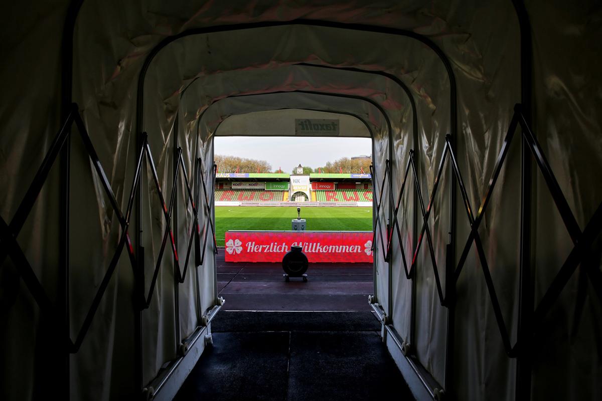 Das Bild zeigt einen Blick aus dem Spielertunnnel im RWO-Stadion.