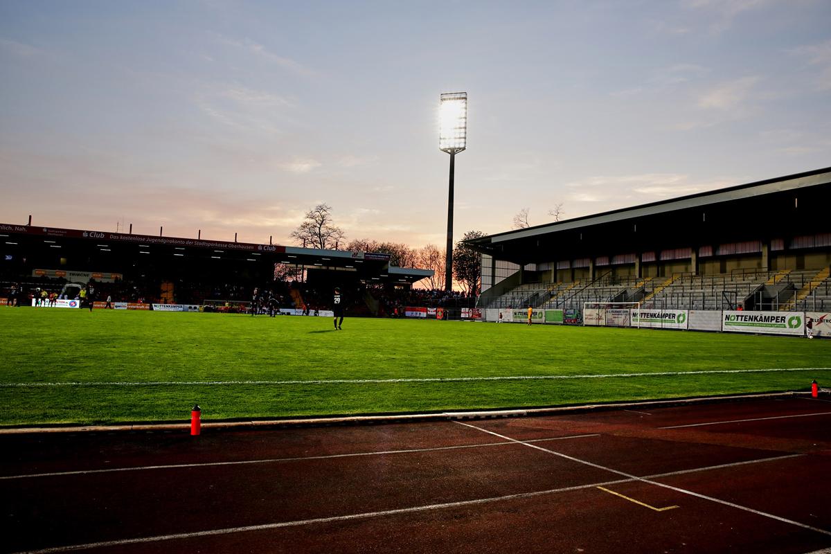 Das Bild zeigt das Stadion Niederrhein in den späten Abendstunden.