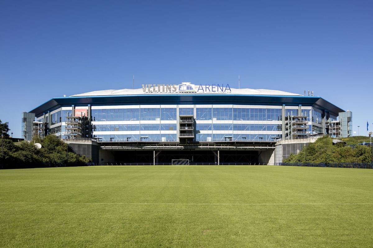 Das Bild zeigt die Veltins-Arena in der Außenansicht.
