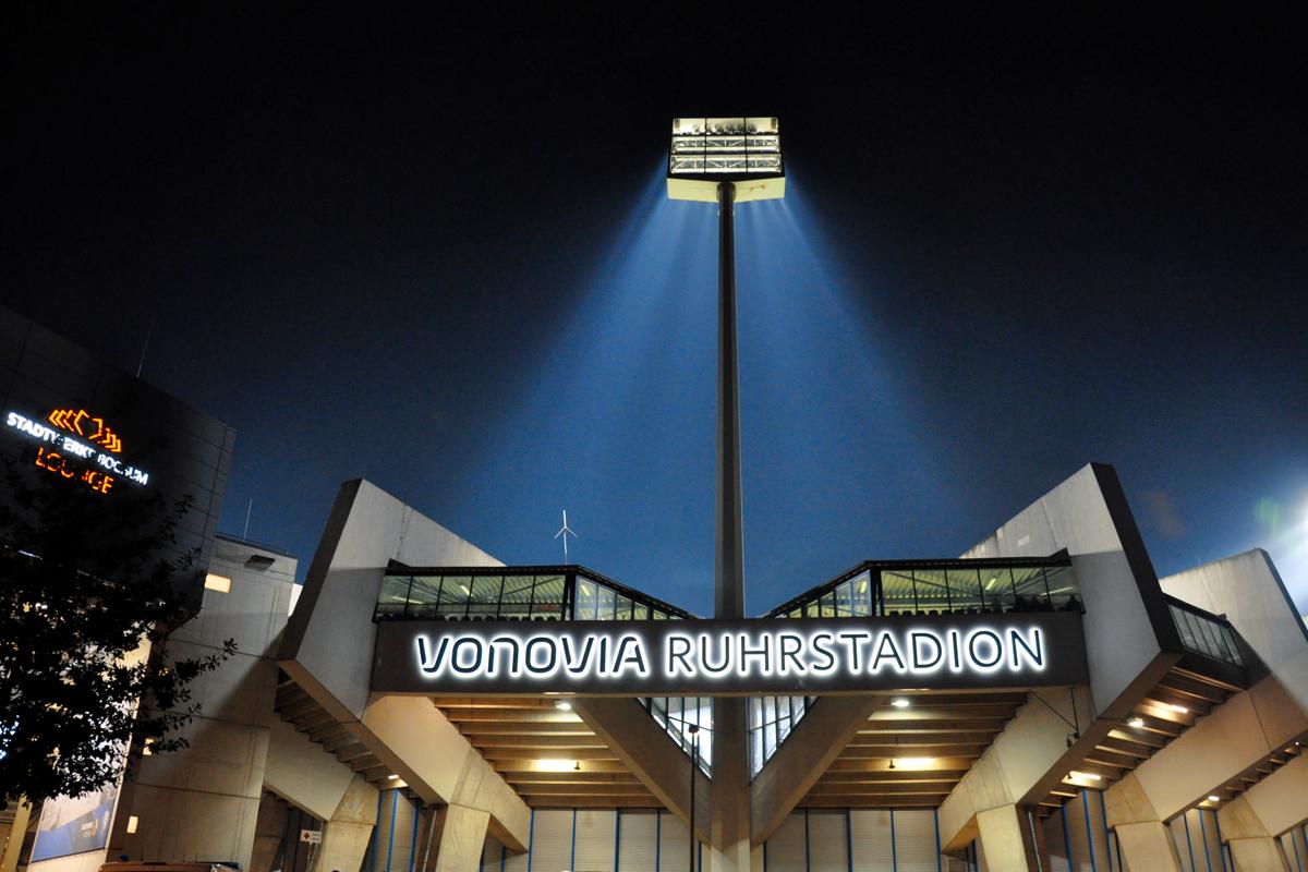 Das Bild zeigt das Vonovia Ruhrstadion am Abend.
