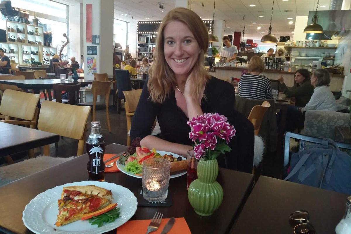 Das Bild zeigt Sarah im Innenbreich des Cafés.