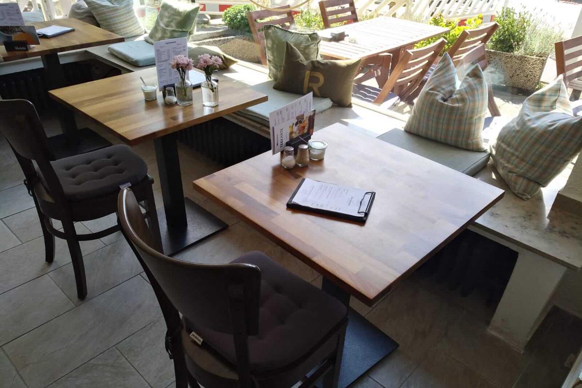 Das Bild zeigt Stühle und Tische im LiMa's.