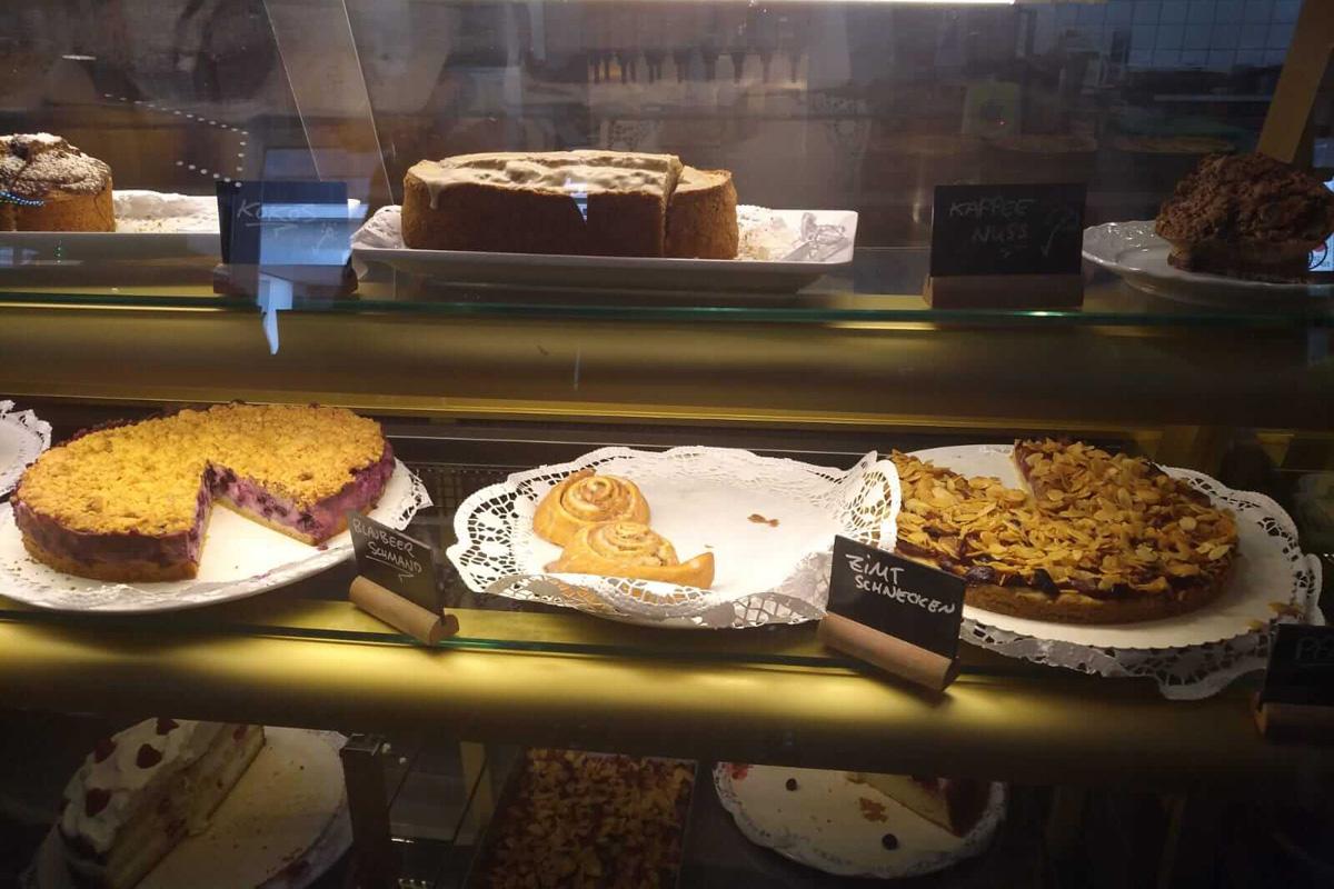 Das Bild zeigt die Kuchenauswahl im Café.