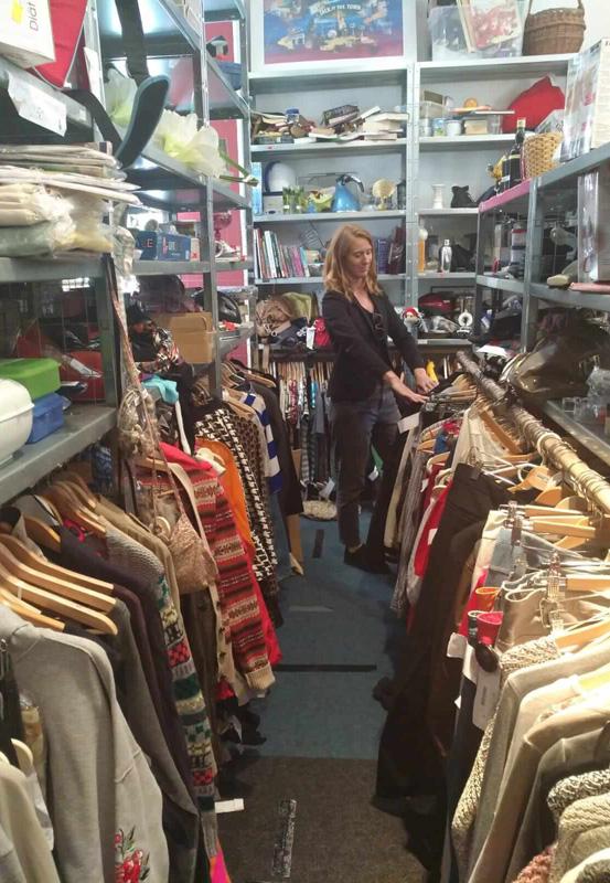 Das Bild zeigt Sarah beim Stöbern im Konsumreform-Shop-