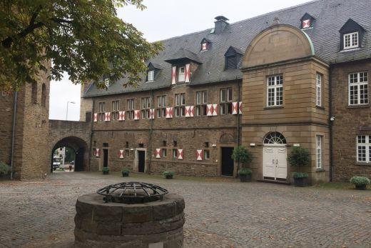 Das Foto zeigt den Schlosshof des Schloß Broich in Mülheim an der Ruhr