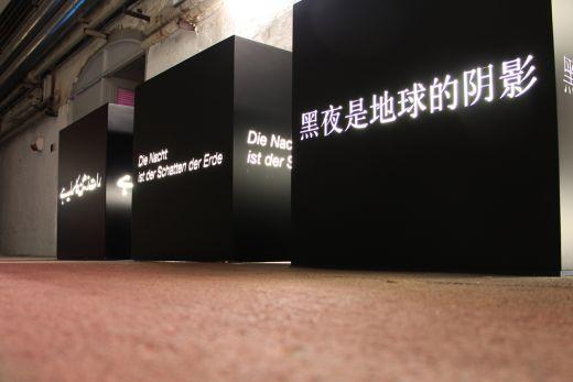 Das Bild zeigt illuminierte Schrift im Zentrum für internationale Lichtkunst.