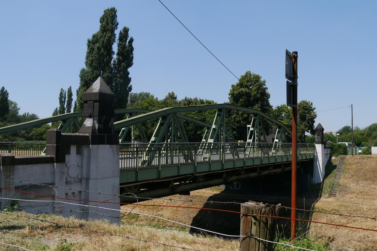 Das Bild zeigt die denkmalgeschützte Sutumer Brücke.