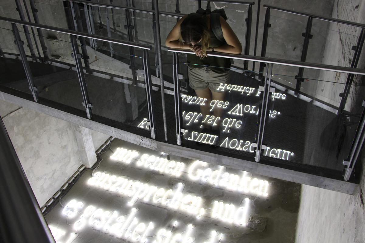 Das Bild zeigt Doreen und ein Lichtkunstwerk in Unna.