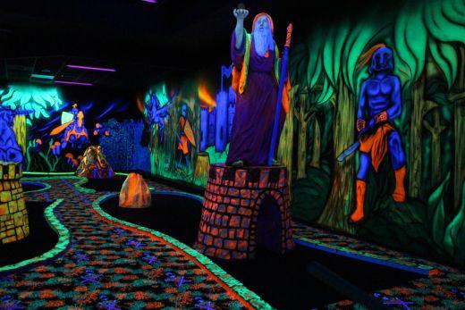 Das Bild zeigt die Statur eines Zauberers im Moonlight Minigolf in Duisburg.