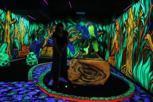 Das Bild zeigt Anna beim Minigolf im Moonlight Minigolf.