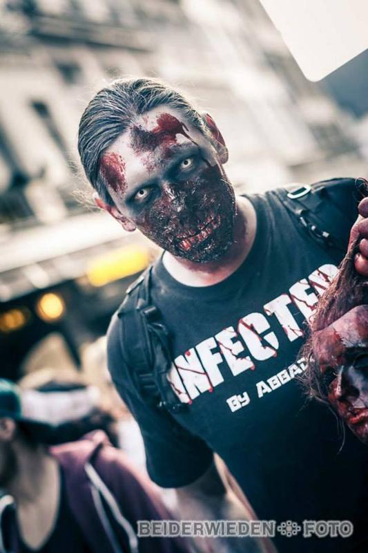 Das Bild zeigt einen als Zombie geschminkten Mann vom Laser-Halloween-Fest.